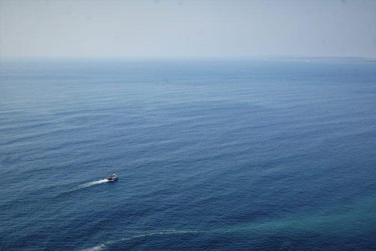 Ein einsames Boot auf weitem Meer.