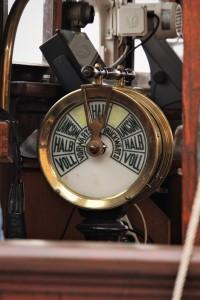 Ein Maschinentelegraf auf einem Schiff.