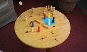 Figuren auf einem Tisch zur Aufstellungsarbeit.