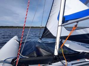 Ein Segelboot auf dem Wasser bei schönem Wetter.